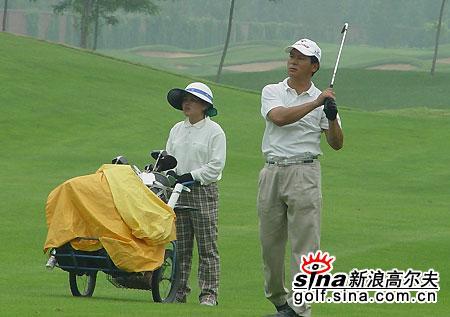 图文-北京高尔夫球巡回赛选手与球童密切配合