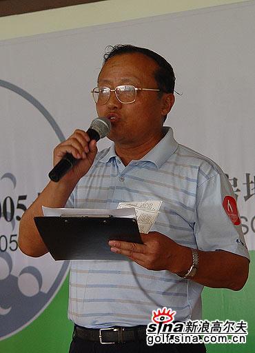 图文-北京高尔夫球巡回赛裁判赵贻贤宣布成绩