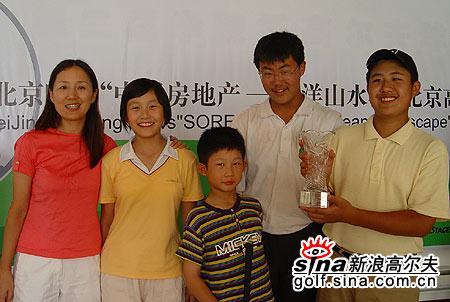 图文-北京高尔夫球巡回赛天一球队集体出镜