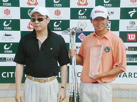 图文-业余巡回赛上海站收杆吴阿顺接受冠军奖杯