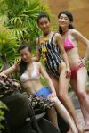 图文-女明星展露曼妙身材三个美女演绎比基尼