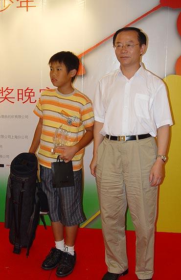图文-青少年锦标赛亲子挑战赛潘安冬接受季军奖品