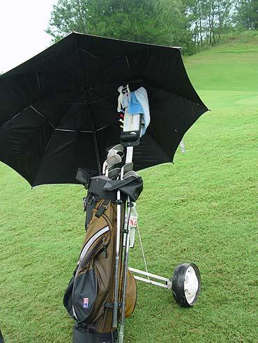 图文-全国青少年锦标赛球包秀头上顶把伞好舒服