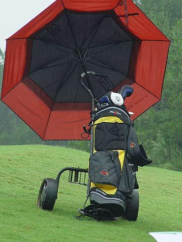 图文-全国青少年锦标赛球包秀红色的雨伞很扎眼