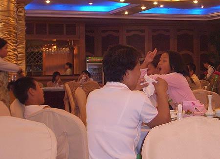 图文-全国青少年锦标赛收杆赛后饭桌上玩耍