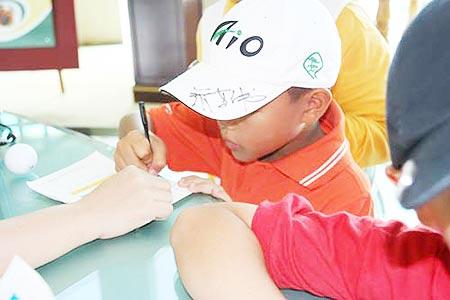 图文-张连伟杯青少年邀请赛我有张叔叔的签名