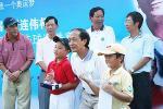 图文-张连伟杯邀请赛颁奖仪式常向前为选手颁奖