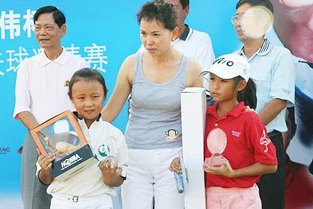 图文-张连伟杯邀请赛颁奖仪式女子E组前三名