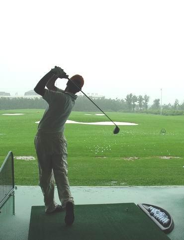 图文-中国巡回赛首站开杆在即选手冒雨进行练习