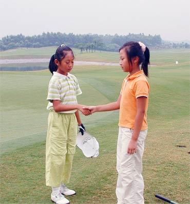 图文-梁安琪杯高球赛第二轮冠军与亚军握手