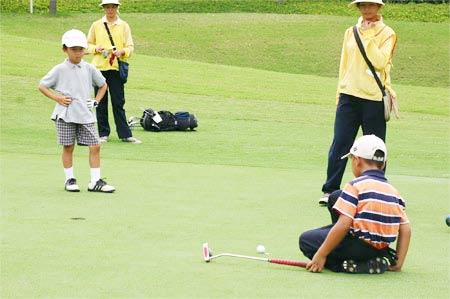 图文-梁安琪杯高球赛第二轮小白球快点进洞吧