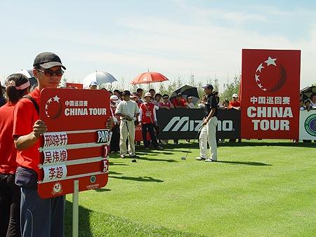 图文-中国巡回赛首站第三轮最后一组等待出发