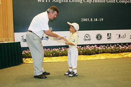 图文-梁安琪杯青少年高球赛最小年龄选手领奖