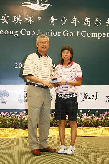 图文-梁安琪杯青少年高球赛冠军选手周晓璇