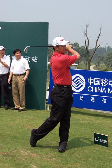 图文-业巡赛长沙站首轮亚巡赛副主席陈华龙开球