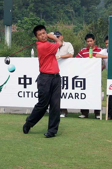 图文-业巡赛长沙站第三轮观澜湖樊志鹏发球