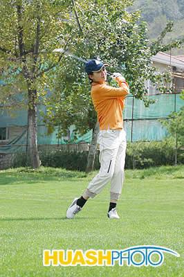 图文-西房集团精品名人赛著名主持人李煜击球