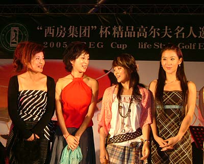 图文-精品高尔夫名人赛美女秀开幕式上四美女