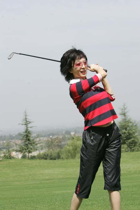 图文-精品高尔夫名人赛美女秀金巧巧打出好球