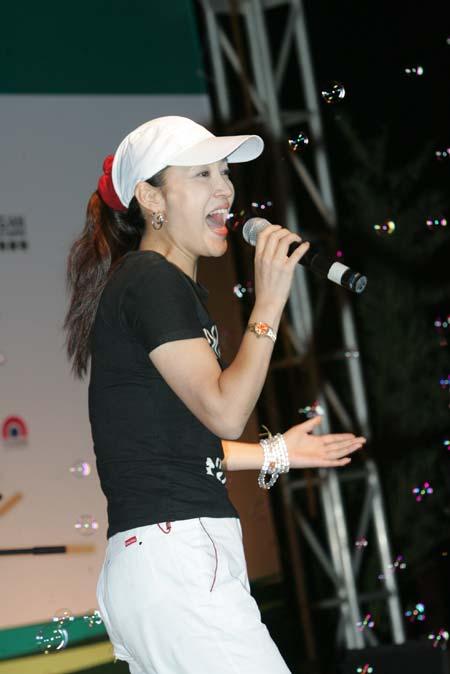 图文-精品高尔夫名人赛美女秀贺继红激情献唱