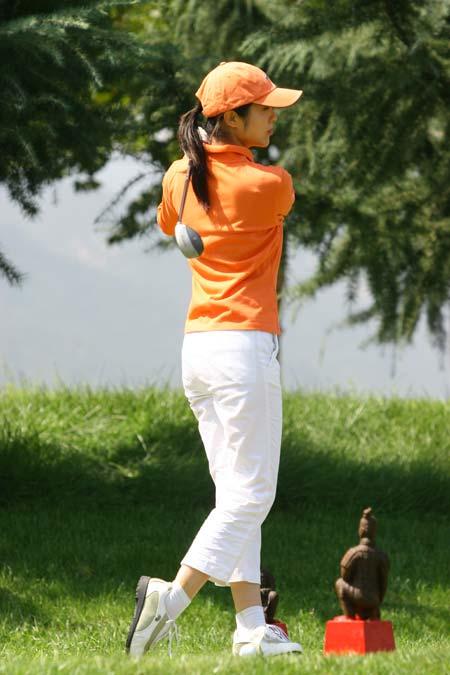 图文-精品高尔夫名人赛英姿在红Tee开球