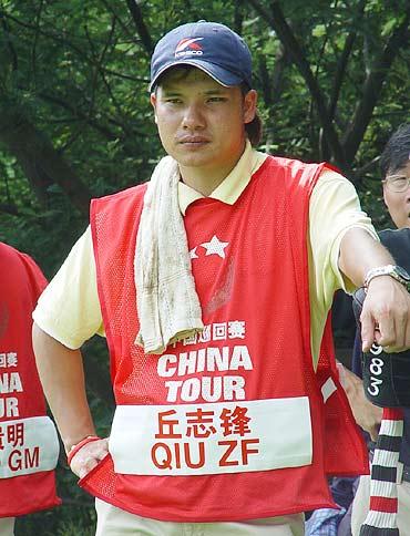 图文-中巡赛昆明站球童秀丘志峰的冠军球童