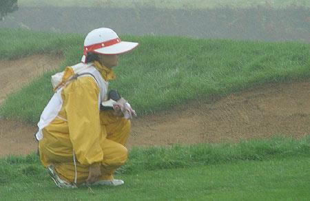 图文-北京公开赛首轮因雨中断球童协助球员看线