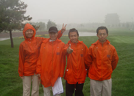 图文-北京公开赛首轮因雨中断工作人员辛苦一天
