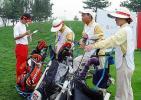 图文-联盟杯北京公开赛第二日球童做好赛前准备