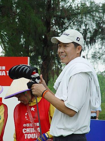 图文-中巡赛海南站第一轮开杆老将程军笑迎比赛