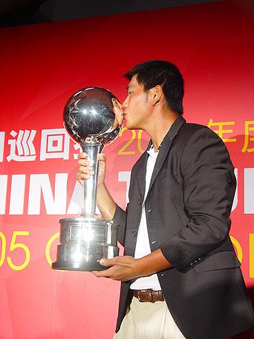 图文-中巡赛元年海南圆满落幕李超亲吻奖金王杯