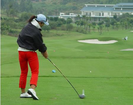 图文-中国业余巡回赛配对赛张佳第十八洞开球