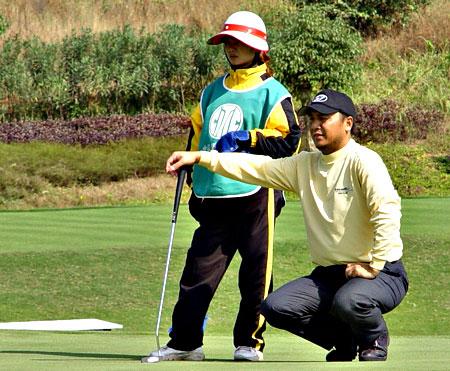 图文-2005业巡赛总决赛首轮刘启升果岭看线
