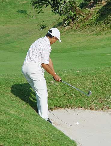 图文-业余巡回赛总决赛次轮叶剑峰沙坑救球