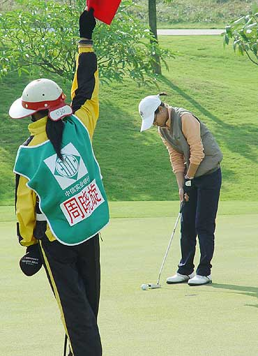 图文-中国业余巡回赛决赛轮周晓旋果岭推杆