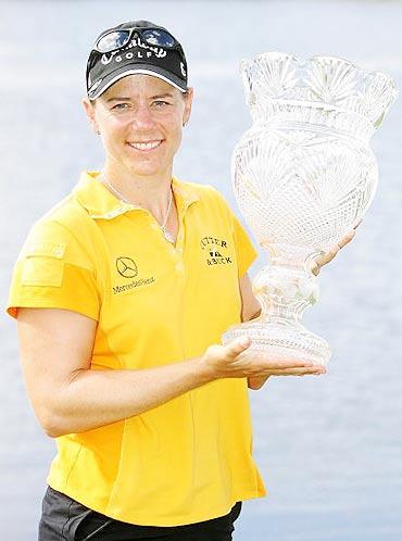 图文-ADT女子锦标赛收杆索伦斯坦如愿捧杯