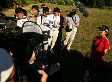 图文-LPGA资格赛宫里蓝问鼎被媒体堵在球道上