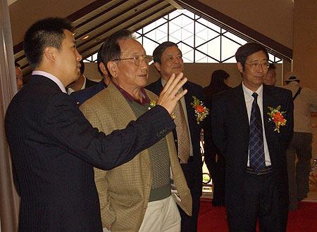 图文-业余巡回赛5周年展原天津市副市长张昭若观展