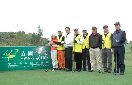 图文-苗圃行动慈善高尔夫赛 开球之前合影留念