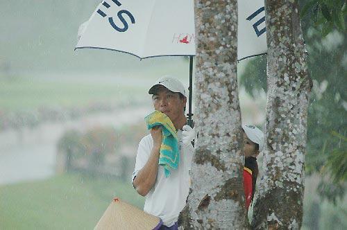 图文-中巡赛海南站第二轮大雨困住一哥张连伟