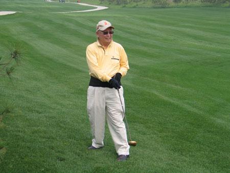 图文-新英才高尔夫联谊赛长草中也用上球道木