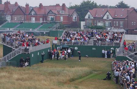 图文-英国公开赛首轮花絮一号发球台被包围