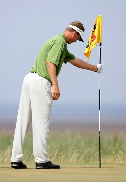 图文-英国高尔夫公开赛第三轮森顿确认球是否入洞