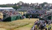图文-英国公开赛第三轮花絮第一洞观众三面围观