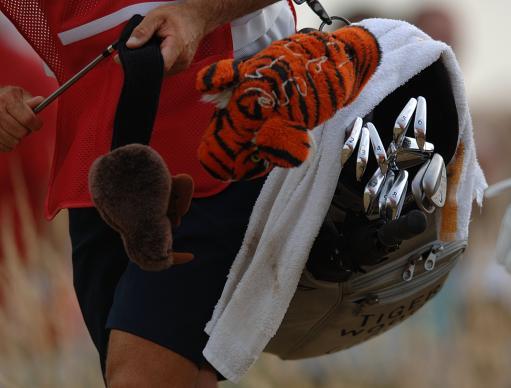 图文-英国公开赛第三轮结束看看老虎伍兹的球包