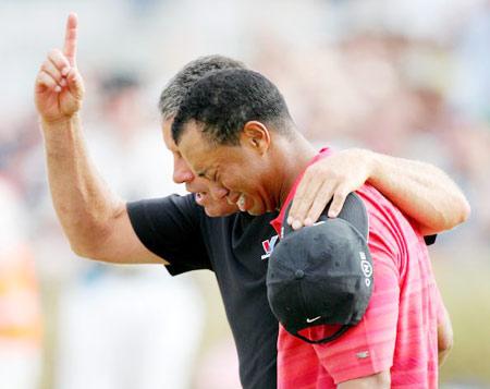 图文-伍兹卫冕英国公开赛冠军释放积压已久的情感