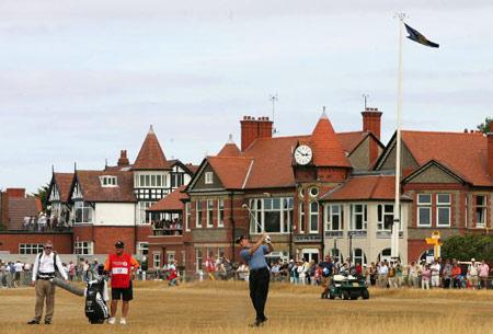 图文-英国公开赛第四轮开杆埃尔斯球道上击球