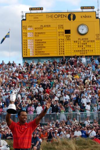 图文-伍兹卫冕英国公开赛冠军接受现场球迷祝贺