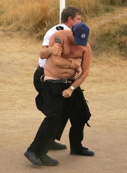图文-英国高尔夫公开赛现裸奔警察抱住裸奔者