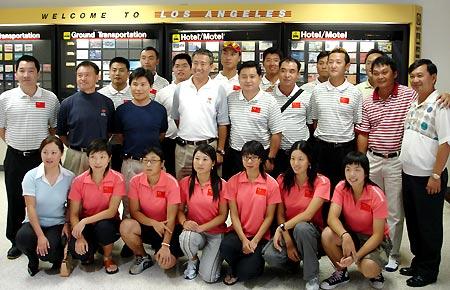 图文-国家队赴美集训抵达洛山矶机场得到华侨欢迎
